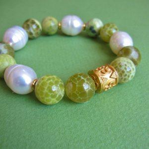 Armband mit grünem Achat und weißen Perlen