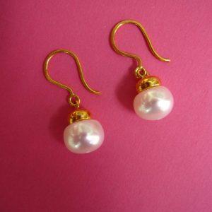 Weiße Perlen Ohrhänger mit Gold Bügel
