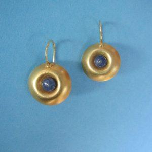Runde vergoldete Ohrhänger mit blauem Saphir