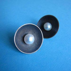 Ohrstecker mit Silber schwarz oxidiert und mit runder Perle
