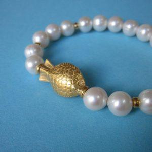 Weißes Perlen Armband mit kleinem Fisch-Ornament