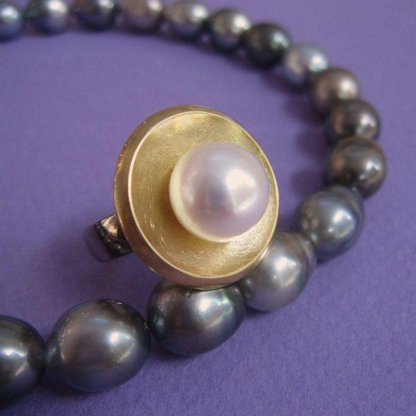 Palladium Ring mit Perle und 750 Gold Umrandung