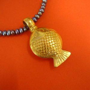 Rundlicher vergoldeter Fischanhänger mit großer Öse