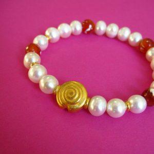 Einreihiges Feuerachat Perlenarmband mit weißen Perlen und vergoldetem Ornament