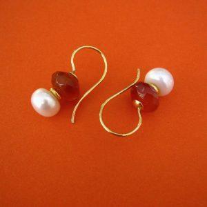 Karneol Hänger mit Perle und 18 Karat Goldbügel