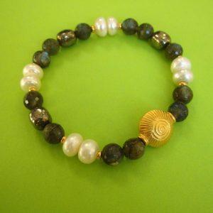 Labradorit Armband mit weißen Perlen ud vergoldetem runden Ornament