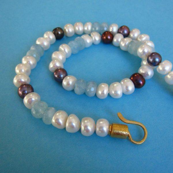 Weiße und dunkle Perlen und Aquamarin Kette