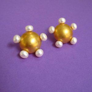 Vergoldeter Prinzessin Blüten-Ohrstecker mit fünf weißen Perlen