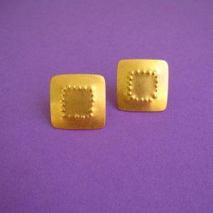 Punktierte, quadratische Ohrstecker in Gold und Silber