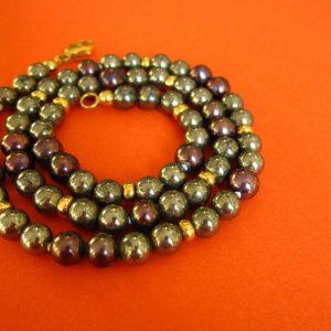 Pyrit Kette mit brombeer farbenen Perlen