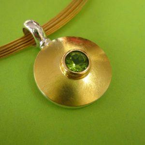 Runder Ketten Anhänger mit grünem Peridot und Gold