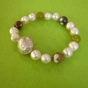 Perlenarmband mit Quarz und Silberornament