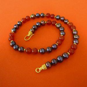 Dunkle Perlen mit Kareol Kette