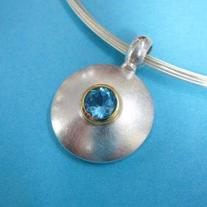 Runder Sterling Silberanhänger mit Blau Topas