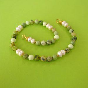Grüne Serpentin mit Perlen Kette