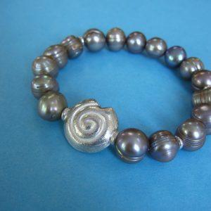 Graues Perlen Armband mit silber Schnecke und silbergrauen Perlen