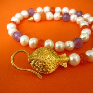 Perlenkette mit Sommerfarben orange, violett und vergoldetem Haken-Verschluß mit Fisch-Ornament