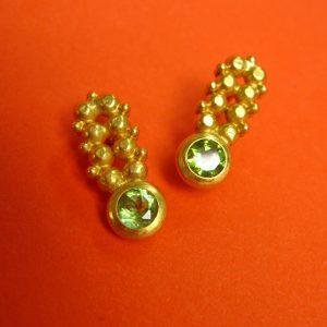 Länglicher Ohrstecker mit Peridot und Gold