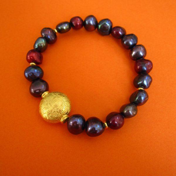 Dunkles Perlen Armband mit vergoldetem, rundem Ornament