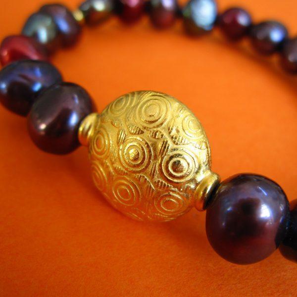 Dunkle Perlen Armband, vergoldeter runder Verschluss