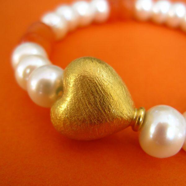 Perlenarmband mit Karneol und vergoldetem Herz detail