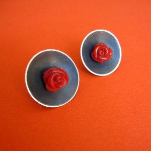 Rote Rosen Korallen Ohrschmuck, rund, geschwärztes Silber