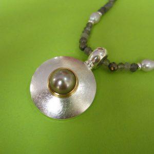 Runder Anhänger mit grauer Perle
