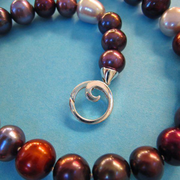 Dunkles Perlen Collier mit Silberspirale im Detail