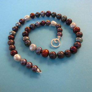 Dunkles Perlen Collier mit Silber Spirale