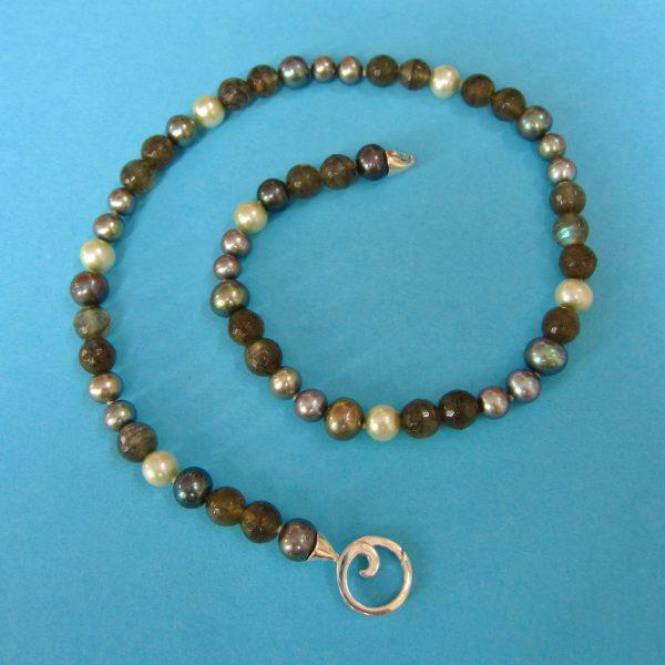 Labradorit Kette Atlantic grey 2 mit weißen und silbergrauen Perlen
