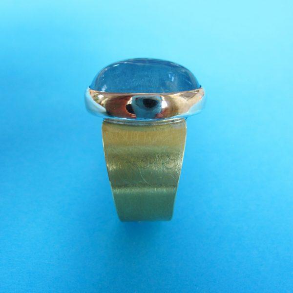 Aquamarin Ring Gold und Silber mit ovalem großem Cabochon Aquamarin Detail seitlich