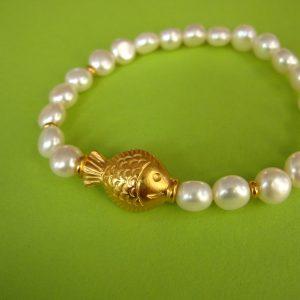 Brockes, weißes Perlen Armband mit vergoldetem Fisch