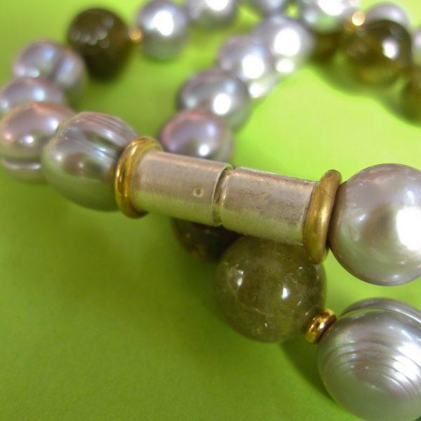 Graue Perlen Collier mit grünem Granat Detail Verschluß