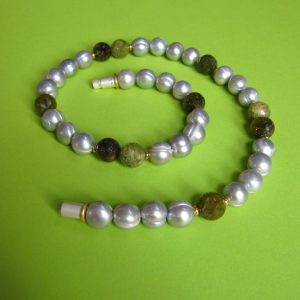 Graue Perlen Collier mit grünem Granat Kugeln