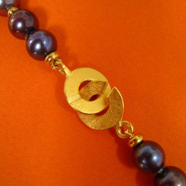 Dunkle Perlen Kette Verschluss Detail
