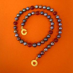 Dunkle Perlen mit Karneol Collier