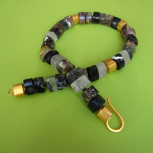 Dunkles Quarz Collier mit vergoldeten Ornamenten