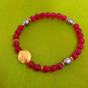 Bordeaux Quarz Armband mit Perlen, vergoldeten runden Ornament