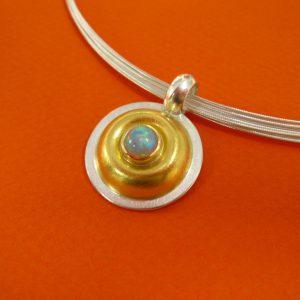 Runder weißer Opal Anhänger mit 900 Gold und Silberöse