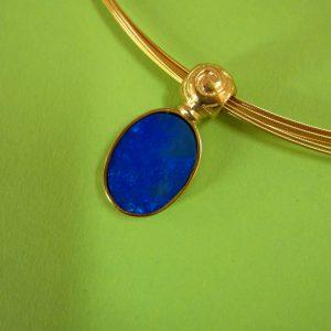 Ovaler dunkelblauer Opal Anhänger extravante Öse, Silber vergoldet