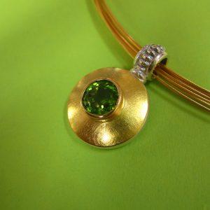 Runder Peridot Anhänger mit extravanter Silber Öse, 925 Silber und 750 Gold