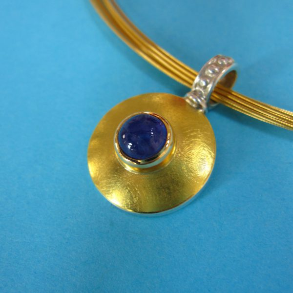 Runder violetter Tansanit Anhänger in 925 Silber und Gold