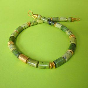 Grüne Serpentin Walzen Collier 46 cm