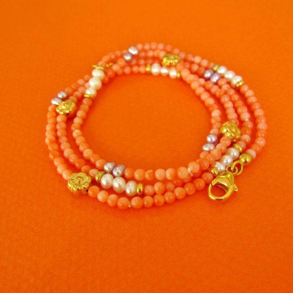 Krorallen Armkette / Wickelarmband mit Perlen und vergoldeten Ornamanten