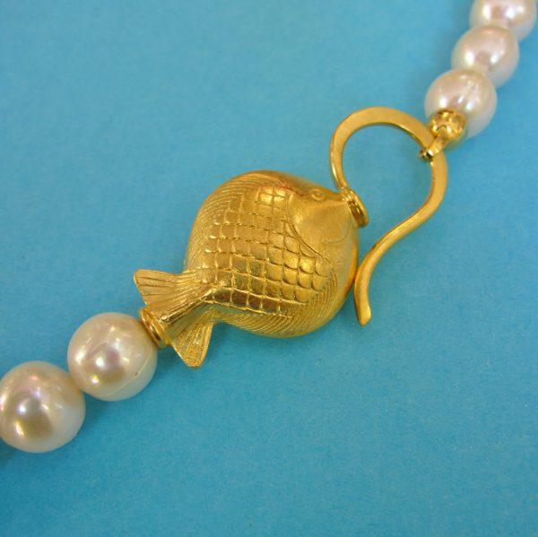 Großer vergoldeter Fischverschluss Detail