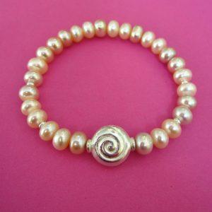 Rosa Perlenarmband mit Silberschnecke
