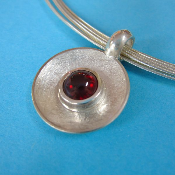 Runder Silber Anhänger mit tief rotem Granat