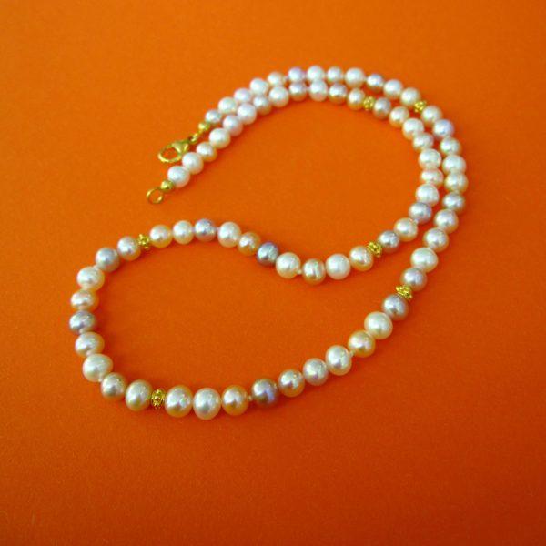 zarte Perlenkette bunte Perlen
