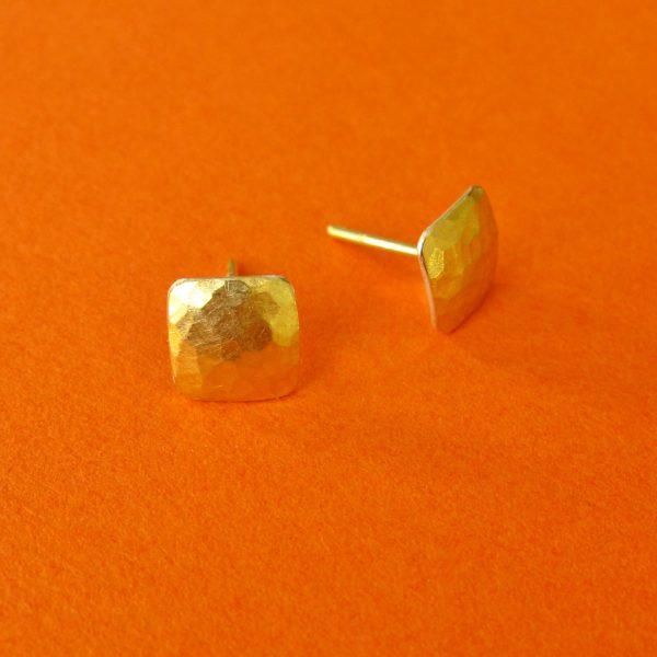 Kleine Gold Carre Ohrstecker gehämmert Detail