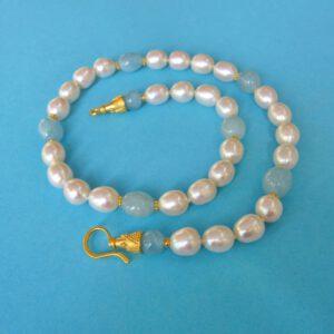 Perlencolier mit Aquamarin und Öse-Haken Verschluss, Länge: 44cm